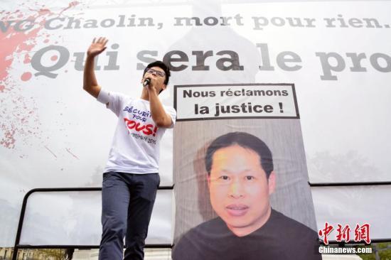 资料图:巴黎共和国广场上悬挂张朝林遗像。(中新社记者 龙剑武 摄)