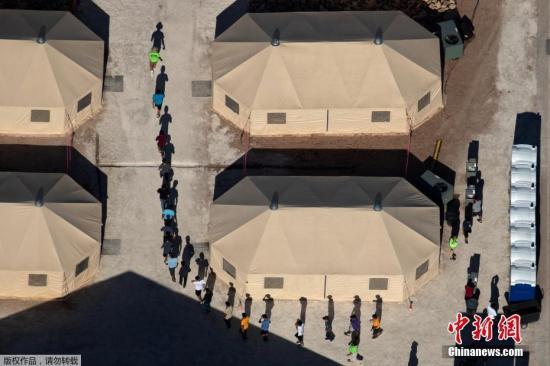 """当地时间2018年6月19日,美国得克萨斯州厄尔巴索,移民儿童被安置在美墨边境新建的帐篷内。在特朗普政府对移民实施的""""零容忍""""政策下,六周内有近2000名儿童在美国南部边境与父母或监护人被拆散。"""