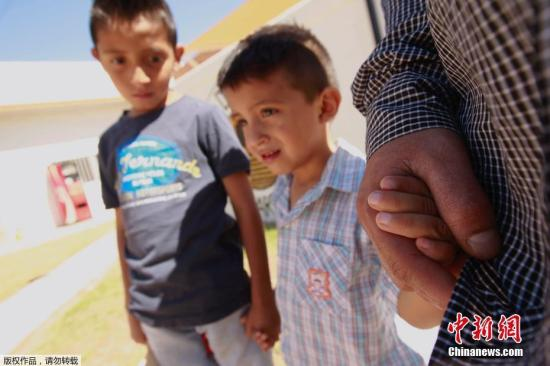 """在了解了美国""""零容忍""""政策后,为了不让孩子与自己分开,一名来自萨尔瓦多的父亲决定和自己两个儿子留在墨西哥。"""