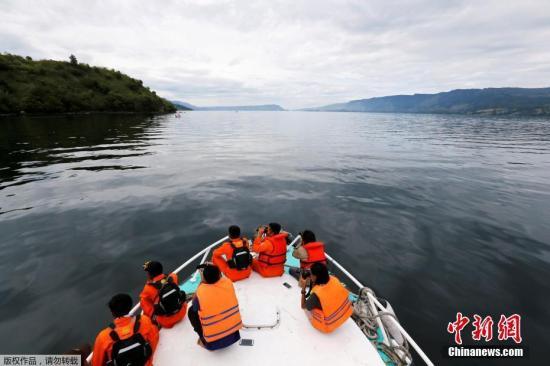 資料圖:18日,印尼一艘渡輪在多巴湖沉沒,近200人失蹤。目前,救援已轉入湖底搜索。