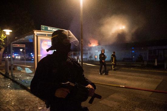 法国南特骚乱持续:7座政府大楼被烧 开枪杀人警察被拘留