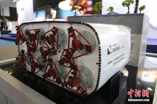 """4月19日,第六届中国(上海)国际技术进出口交易会在上海世博展览馆举行。本届上交会期间,无人驾驶、胶囊机器人、人工智能和生物医药等领域内的新技术、新产品将集中亮相。除此之外,上交会还通过整合海内外科技力量和创新成果,积极促进技术贸易发展,打通技术贸易的""""最后一公里""""。图为矩形盾构机亮相上交会。中新社记者 张亨伟 摄"""