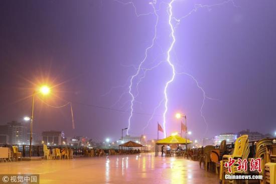 资料图:电闪雷鸣。图片来源:视觉中国