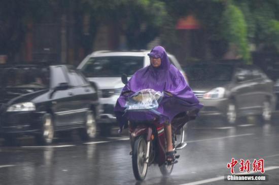 北京市同时发布暴雨、大风蓝色预警信号