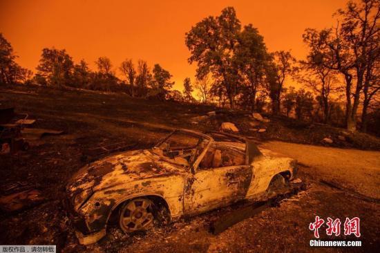 当地时间2018年7月27日,美国加州雷丁市,加州森林大火持续肆虐。据报道,此次森林火灾过火面积已达17900公顷,2名消防员在救火行动中不幸牺牲。