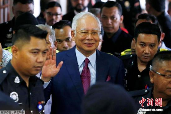 当地时间7月4日,马来西亚前总理纳吉布在结束庭审后离开法院。当地时间4日上午,马来西亚前总理纳吉布抵达吉隆坡法庭,对4项指控拒绝认罪。