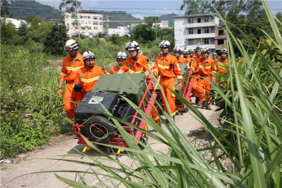 龙岩消防举行地震救援实战拉动演练