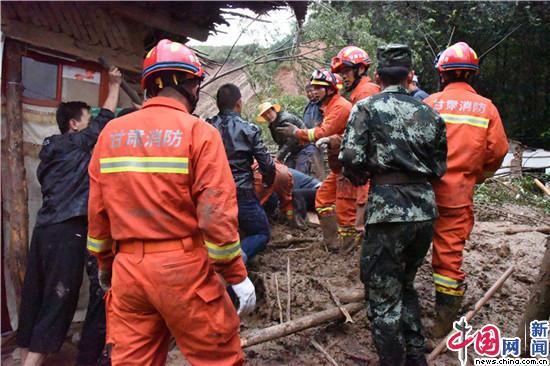甘肃临夏:山体滑坡致6间房屋倒塌 消防救出4人(图)