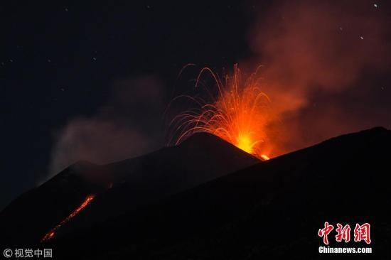 意大利埃特纳火山爆发喷出火焰熔岩 灰飞几百米