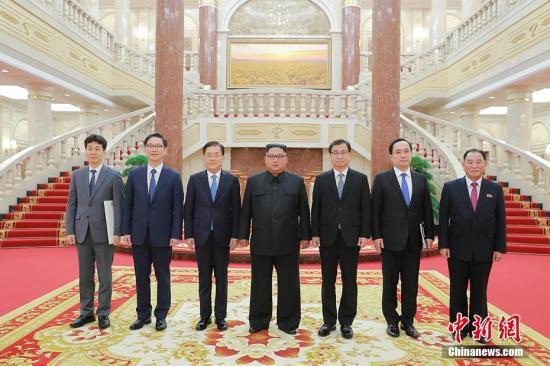 9月5日,韩国总统特使团访问朝鲜,并与朝鲜最高领导人金正恩合影。9月6日,郑义溶向媒体介绍称,韩朝首脑将于9月18日至20日在平壤再次举行会晤。 青瓦台供图