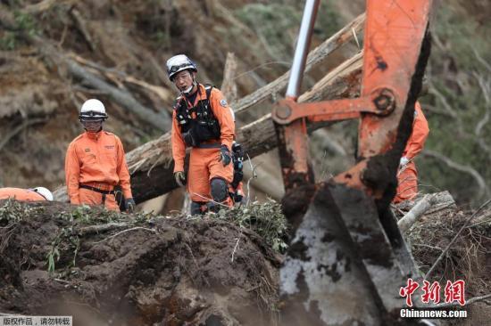 安倍赴北海道视察地震灾区 在山体滑坡现场默哀