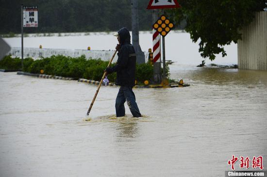 台风逼近台东现4.8米高长浪 台湾多地将有大豪雨