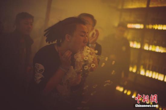 """資料圖:""""蒸汽""""達人們向現場的觀衆展示了花式菸圈秀。 佟鬱攝"""