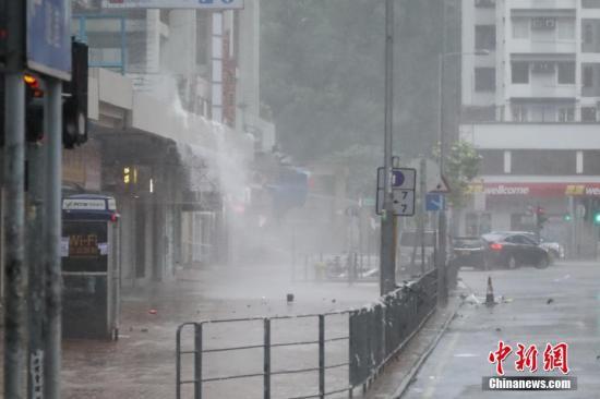 香港天文台发十号飓风信号 多地受损严重