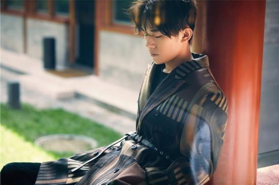 易烊千玺成《人物》最年轻封面人物 尝试黑色唐装英气十足