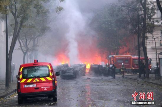 当地时间12月1日,巴黎再次发生大周围示威运动。示威者荟萃在凯旋门,多辆汽车在示威中被损毁。 中新社记者 李洋 摄
