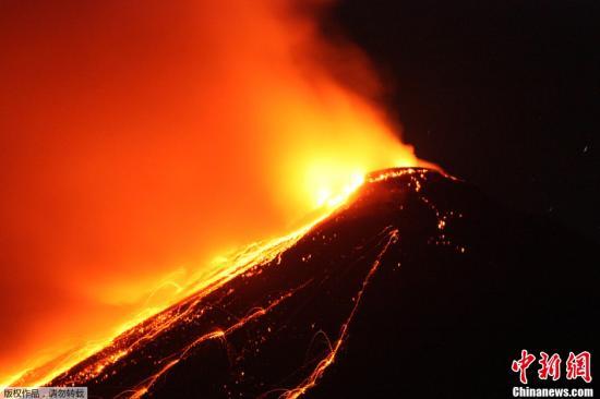 資料圖:2013年4月4日,印尼蘇拉威西島省卡蘭格唐火山噴發巖漿。