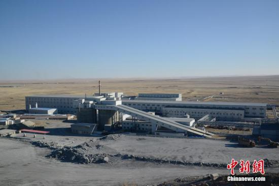 """2月25日,发生""""2·23""""重大事故的银漫矿业有限责任公司厂区。23日,内蒙古自治区锡林郭勒盟西乌旗银漫矿业公司发生""""2·23""""重大运输安全事故,目前已造成22人死亡,28名伤者入院接受治疗。中新社记者 刘文华 摄"""