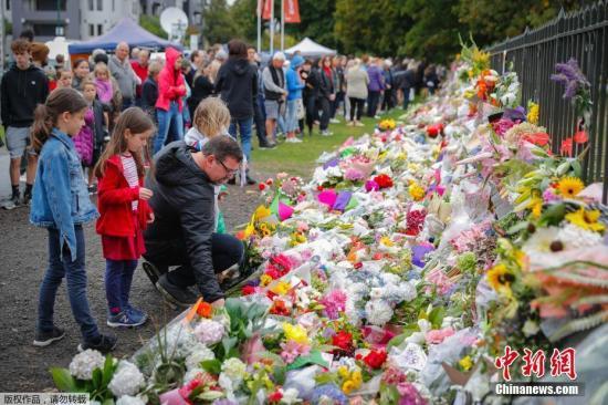 資料圖:新西蘭警方3月17日消息稱,克賴斯特徹奇市兩座清真寺發生的大規模槍擊案,已經導致50人死亡,50人受傷。新西蘭民?持續悼念難遇者。
