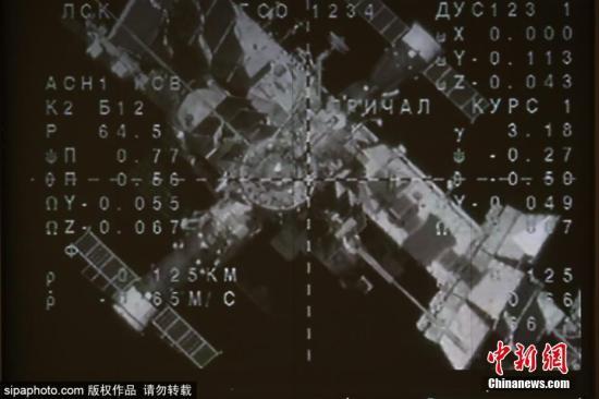 当地时间8月27日,俄罗斯航天集团控制室大屏幕播放着搭载类人机器人费奥多尔的联盟号MS-14飞船与国际空间站(ISS)重新对接的画面。图片来源:Sipaphoto 版权作品