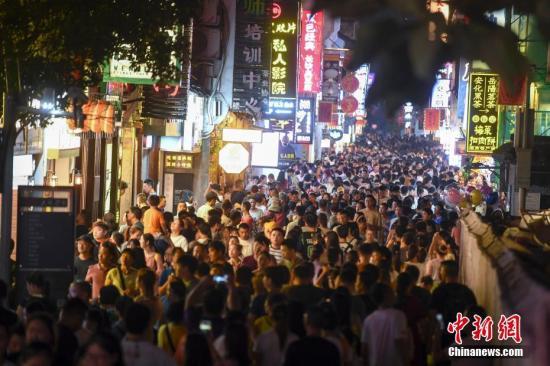 """材料图:""""夜经济""""水爆,一老街摩肩接踵。中新社记者 杨华峰 摄"""