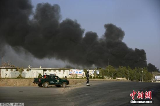 材料图:阿富汗北部坎年夜哈省差人总部7月18日遭汽车炸弹打击,随后发作交水,形成10人灭亡、90多人受伤。