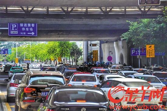 南站停车场外长排起车龙 金羊网记者 黄巍俊 摄