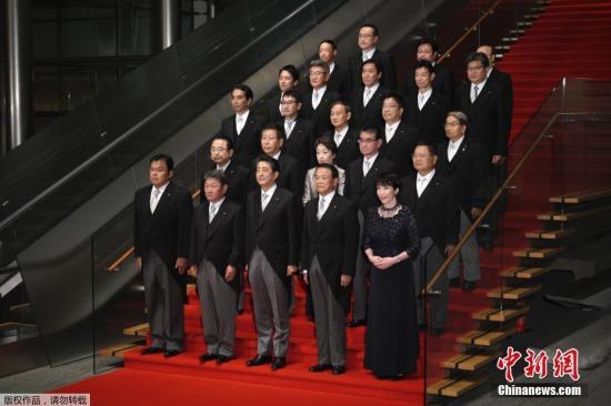 """圖爲日本新內閣""""全家福""""。"""