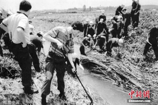 1993年7月,韩国华乡连环杀人案查询拜访职员正在一条火沟里寻觅遗物。图片滥觞:视觉中国