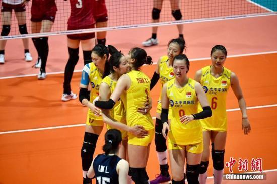 """資料圖:6月4日,""""FIVB世界女排聯賽香港2019""""首日比賽在香港體育館舉行。在當晚的中國隊對陣日本隊的比賽中,中國以3-0輕鬆獲勝。中新社記者 李志華 攝"""