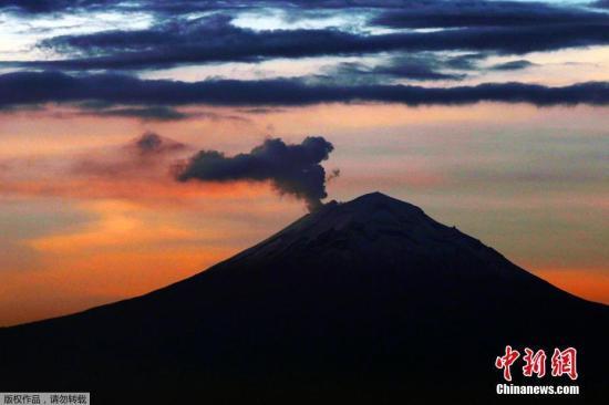 俄堪察加半岛希韦卢奇火山喷发 灰柱高5000米
