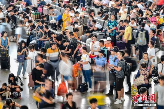 9月30日,广州南站内旅客众多。当日是国庆假期前一天,全国铁路迎来出行客流高峰。中新社记者 陈骥 摄