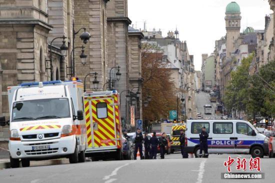 事發後,巴黎警察總部外戒備森嚴,衆多警察參與戒備。 中新網 圖