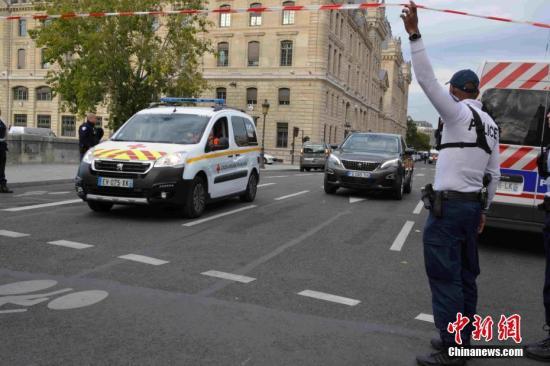 事收后,巴黎差人总部中警戒威严,救济车辆正在现场严重穿越。中新社记者 李洋 摄