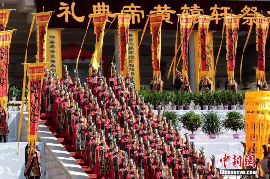 資料圖:演員在公祭軒轅黃帝典禮上表演黃帝祭典樂舞告祭。中新社記者 張遠 攝