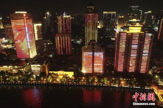 """资料图片为:广州""""迎国庆""""主题灯光秀(无人机航拍)。中新社记者 陈骥 摄"""