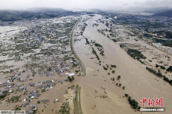 10月13日,航拍日本少家县被大水围困的室第区。