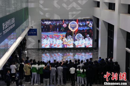 第七届世界军人运动会开幕 民众收看电视直播
