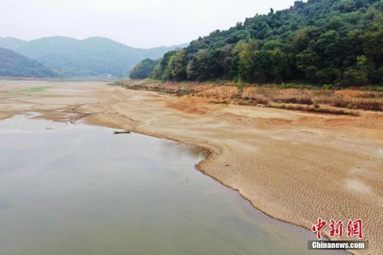 航拍江西省瑞昌市境内的龙源水库,河床已经开始裂开。 魏东升 摄
