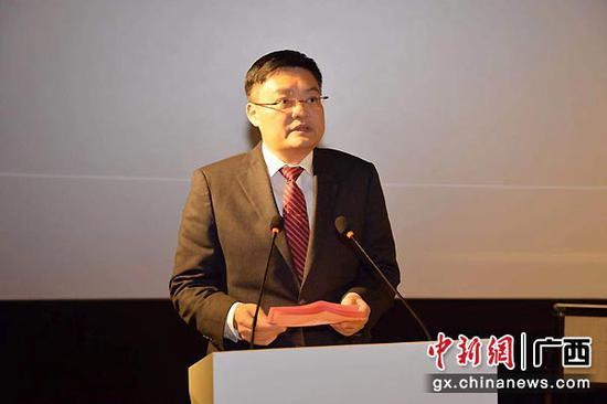 图为影片总策划、广西日报传媒集团董事长崔佐钧在首映式上致辞。