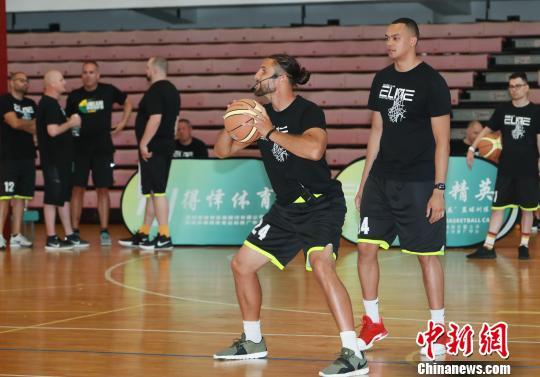 美国篮球名师在深圳向中国体育教师传授教学经验