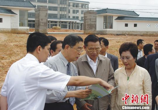 資料圖:江丙坤2006年蒞臨天福茶學院工地指導。