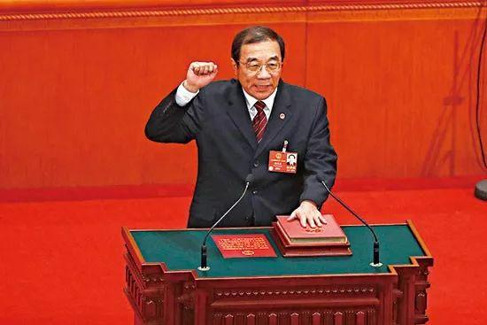 △首任国家监察委主任杨晓渡进行宪法宣誓