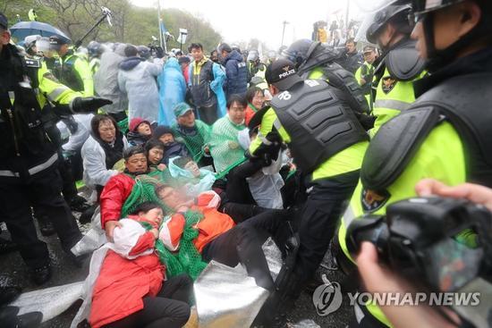 韩国数千警力强制疏散反萨德居民:为基地动土开路