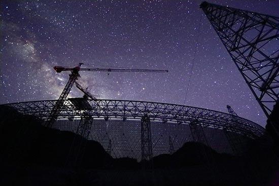 500米口径球面射电望远镜FAST之上的星空。FAST摄影团队提供