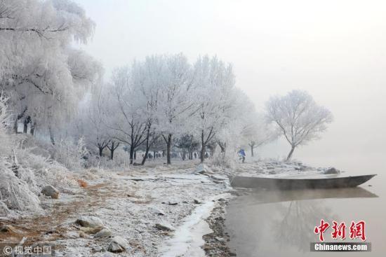 资料图:吉林松花江畔雾凇景观。 王明铭 摄 图片来源:视觉中国