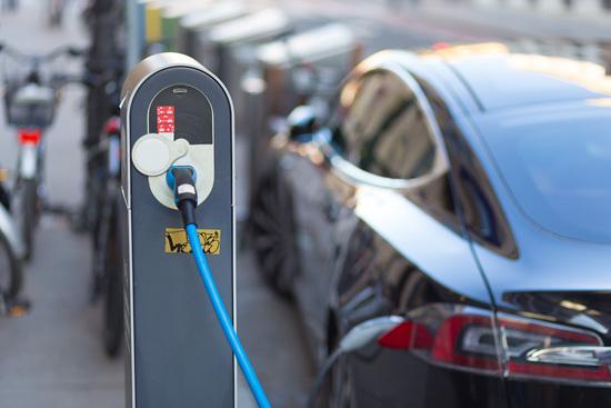 """在中国汽车向新能源进行""""转型""""的同时,也不应放弃提升传统燃油车节能技术和燃油经济水平。在遵循市场规律的前提下,新能源和内燃动力相互促进和融合才是环境问题的解决之道。视觉中国供图"""