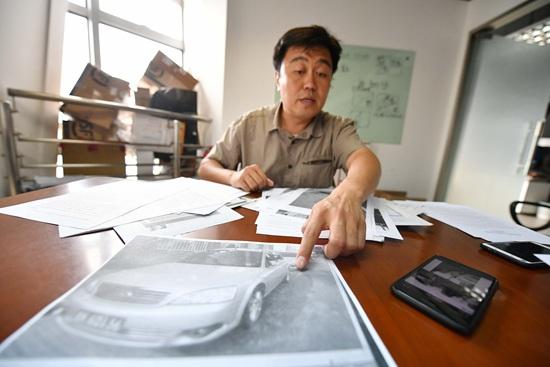杨晓在展示自己收集的相关证据