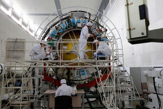 航天科技集团中国运载火箭技术研究院总装事业部员工正在测试。牛科伟/摄