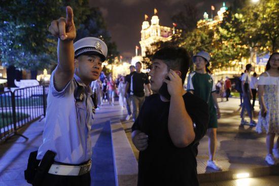上海公安民警坚守在中秋安保岗位上 确保城市运行安全